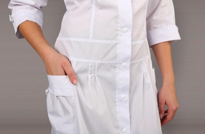 Чистый белый халат современного покроя