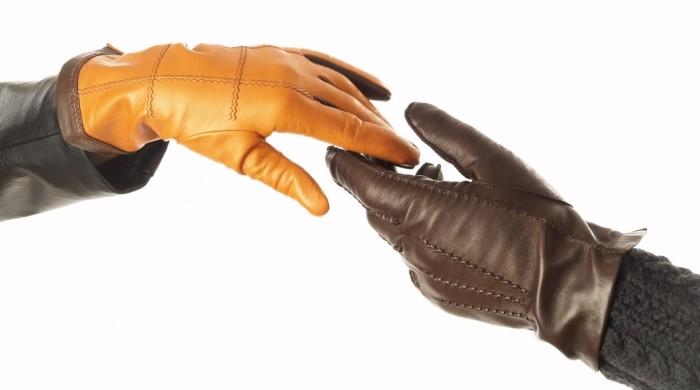 Кожанные перчатки носят многие люди
