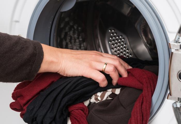 Использование стиральной машинки для стирки вещей