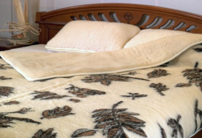 Теплое шерстяное одеяло на кровати