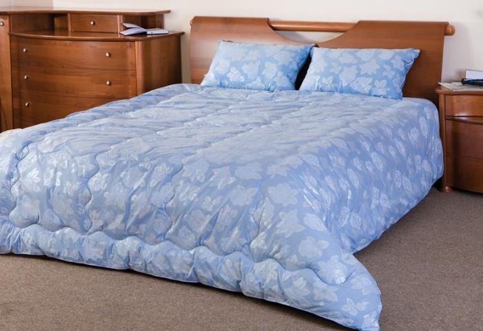 Стеганое одеяло из шерсти на кровати