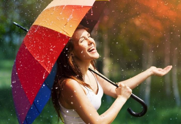 Девушка с большим зонтом