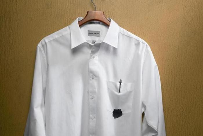 Испачканная в чернилах белая рубашка