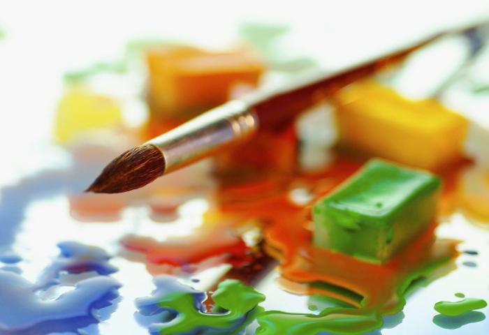 Кисточка и краски для рисования