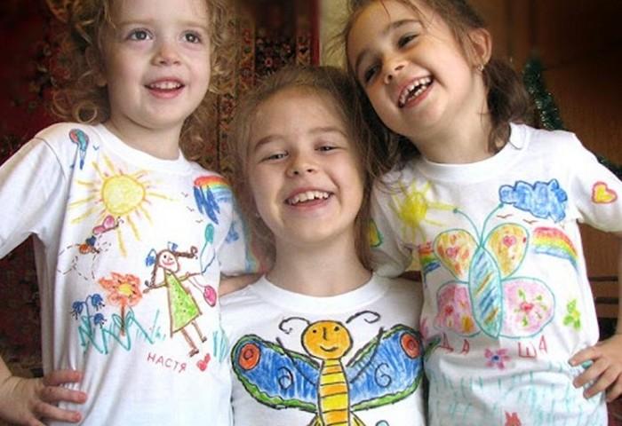 Дети разрисовали маркерами футболки