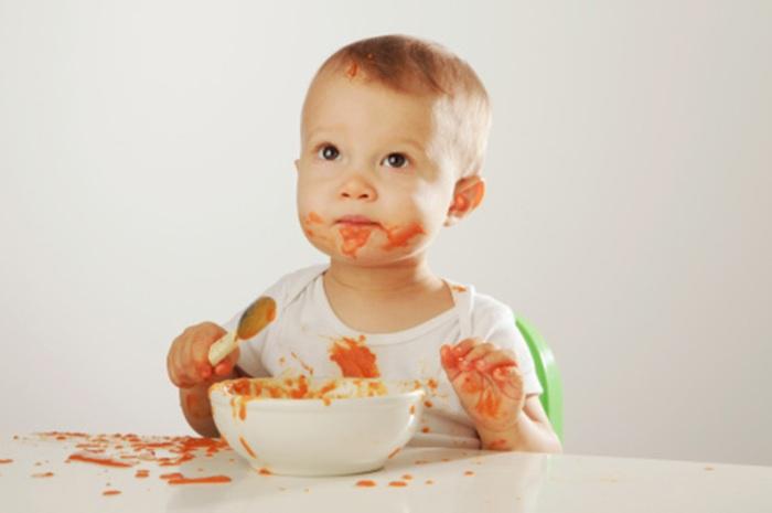 Ребенок кушает морковное пюре