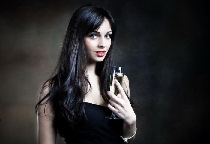 Девушка с бокалом шампанского в руке