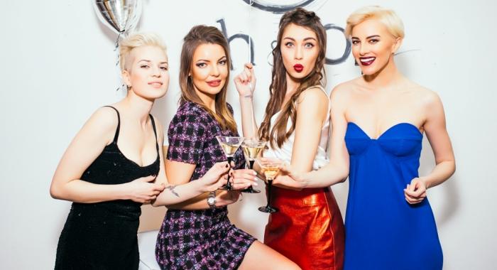 Девушки с шампанским на светском рауте