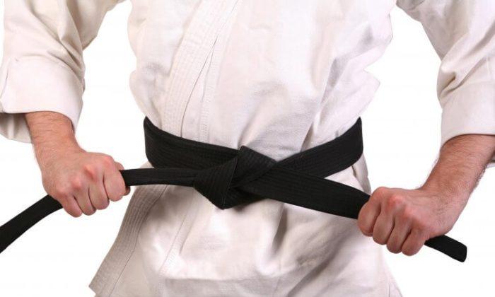 Кимоно белого цвета и черный пояс