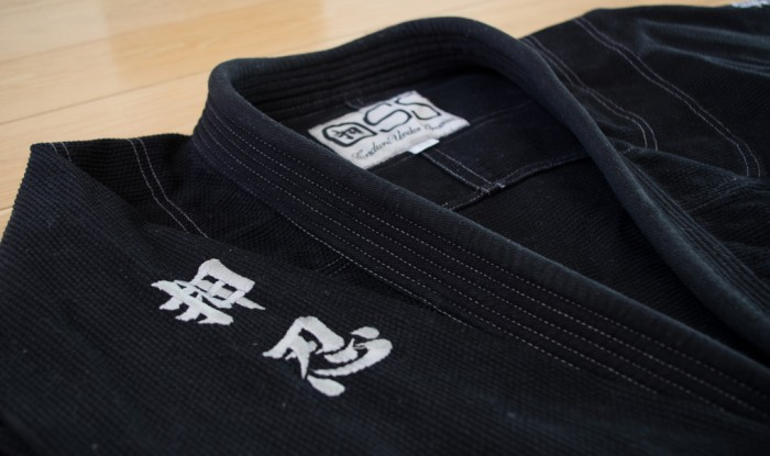 Черное кимоно с иероглифами