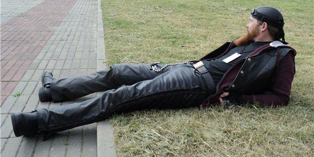 Мужчина в кожаной одежде