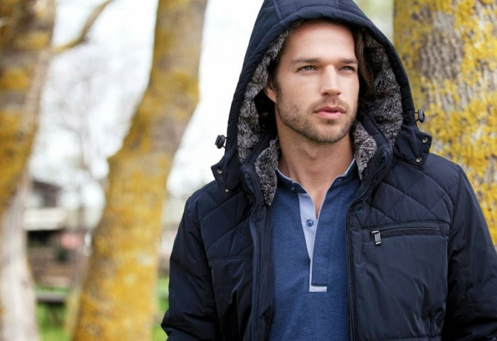 Современный мужчина в современной куртке