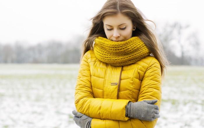 Теплый женский пуховик желтого цвета
