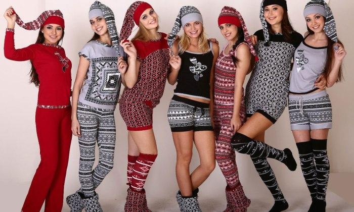 Девушки в трикотажной одежде