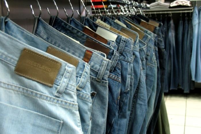 Большой ассортимент штанов в магазине