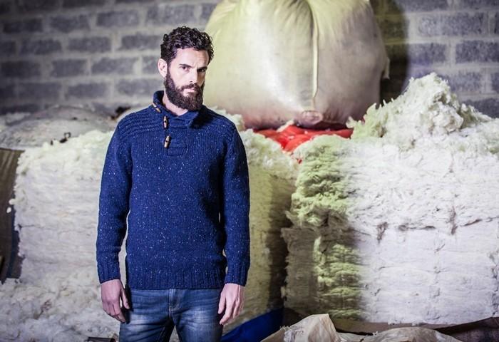 Мужчина в свитере из шерсти