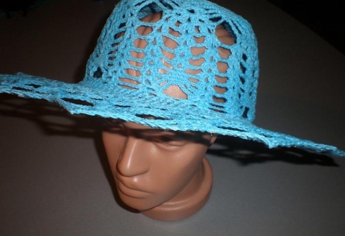 Голубая вязаная шляпка