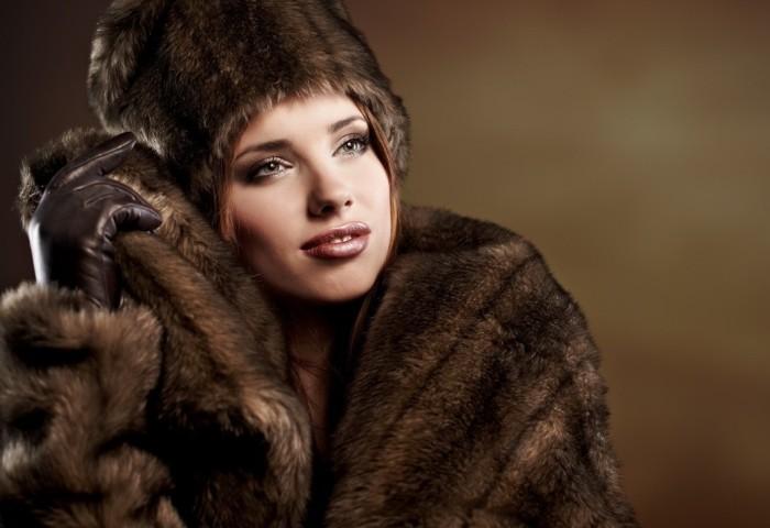 Девушка в зимнем норковом наряде
