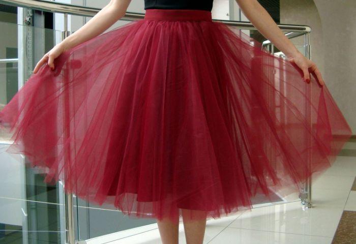 Девушка в пышной красной юбке