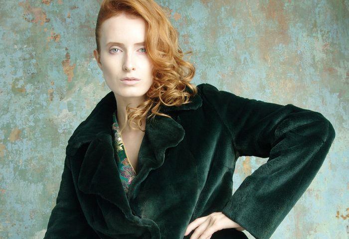 Зеленое пальто из бархата