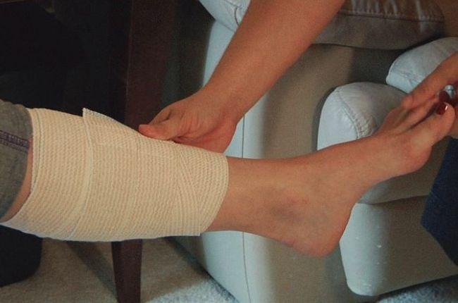 Наматывание на ногу эластичного бинта
