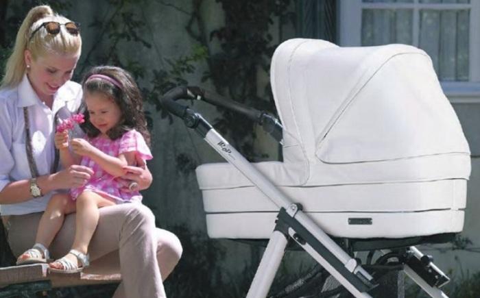 Красивая светлая коляска из экокожи