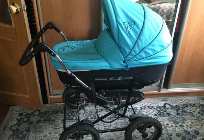 Чистая коляска для прогулок с малышом