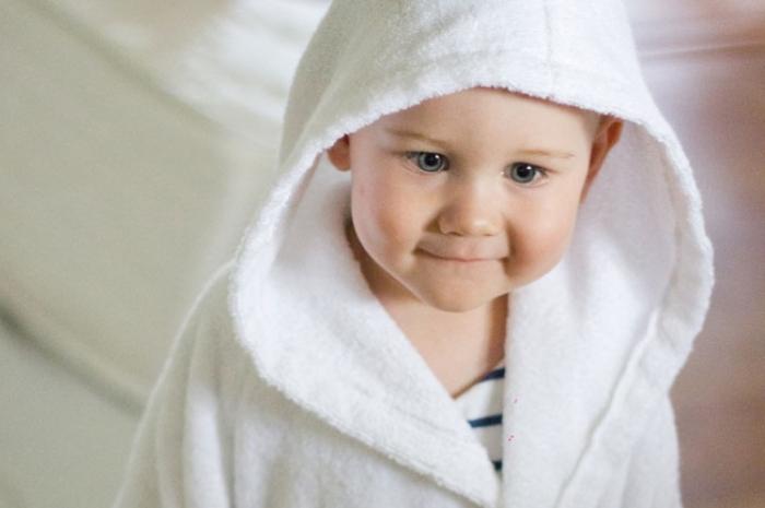 Ребенок в махровом халате