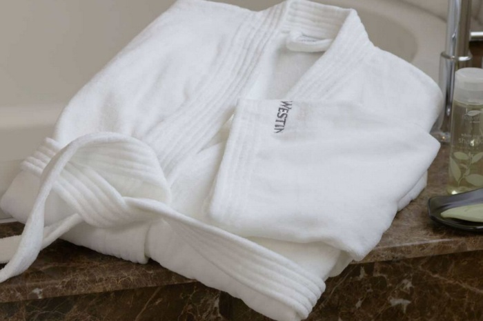 Белый махровый халат из отеля