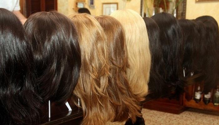 Выбор париков в магазине