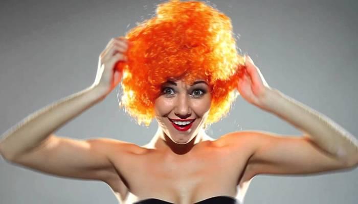 Девушка в клоунском парике