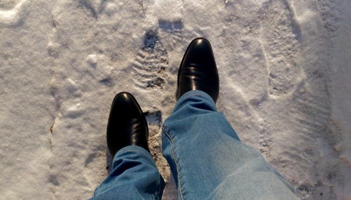 Контрастирующая со снегом обувь