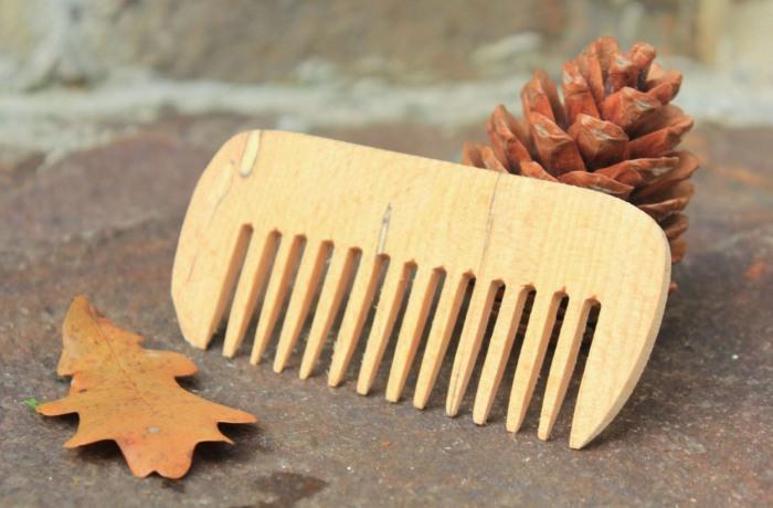 Деревянный гребень с редкими зубцами