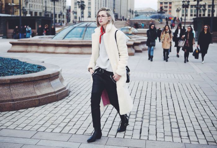 Удобное пальто из белой овчины