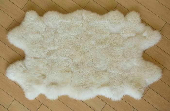Коврик из овчины белого цвета