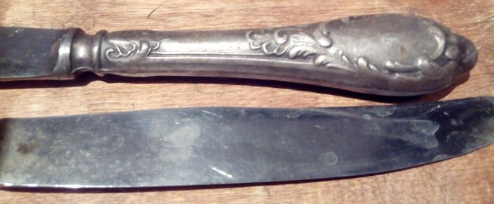 Грязная ручка мельхиорового ножа