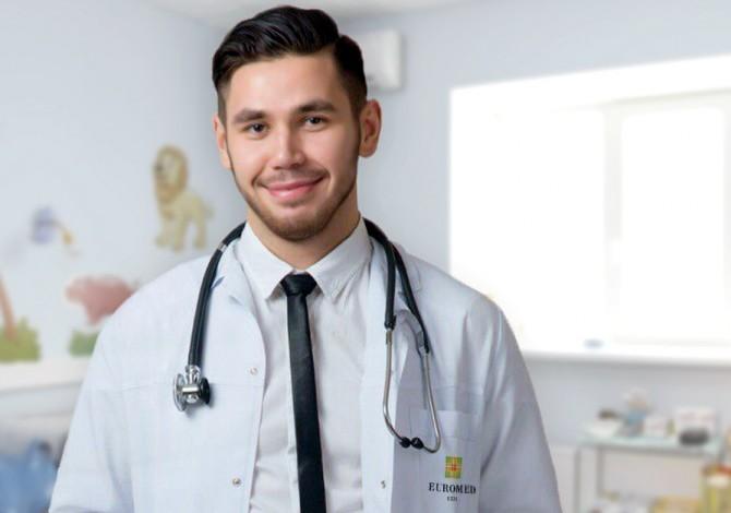 Опрятный доктор в чистом халате