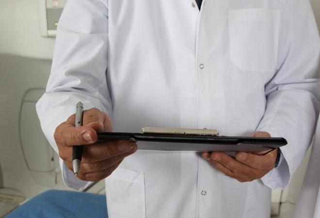 Выстиранный, отбеленный и поглаженный медицинский халат