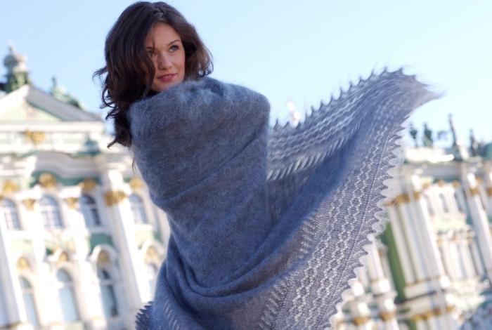 Красивая девушка и красивая шаль