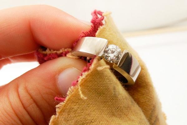 Деликатная чистка кольца при помощи мягкой тряпки