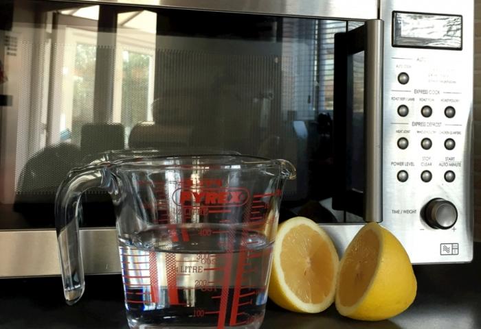 Лимон отлично справляется с неприятными запахами