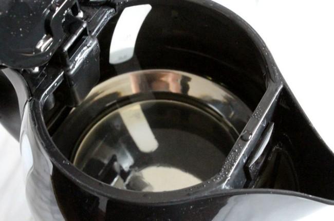 Очищенный от следов накипи электрический чайник