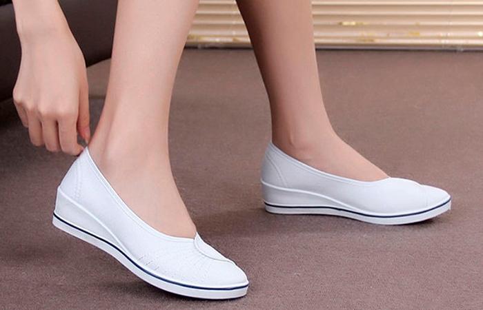 Удобная светлая обувь для ежедневного использования