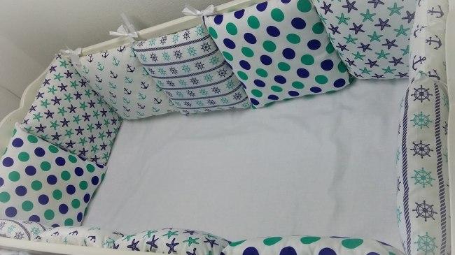 Бортики в виде нескольких подушек с разной расцветкой