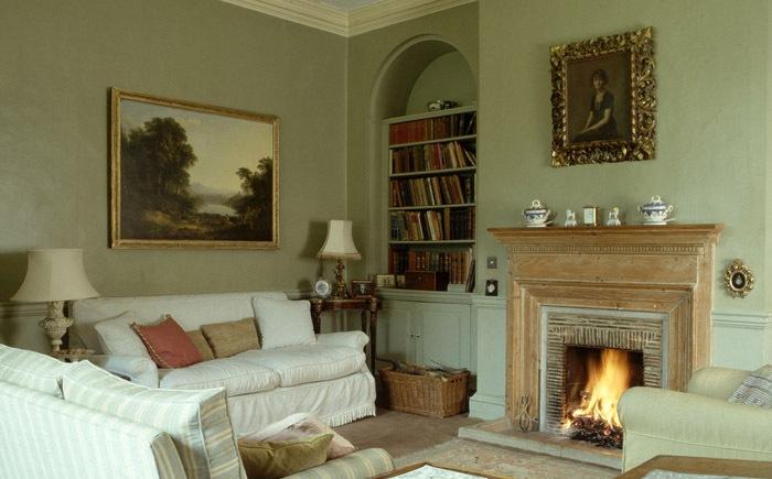 В одной комнате могут размешаться картины в разных рамках