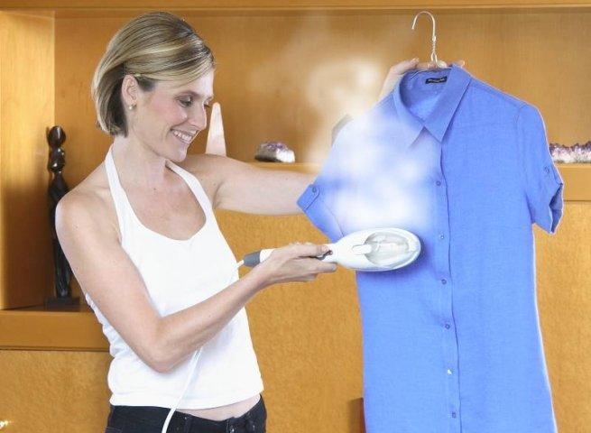 Девушка отпаривает рубашку
