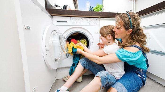Поставить стиральную машину можно даже на ограниченном пространстве кухни