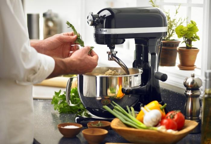 Спиральный тестомес работает на кухне