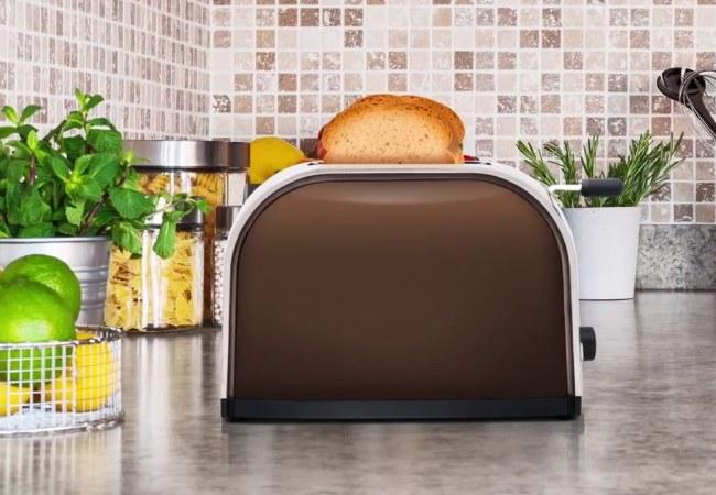 Обычный тостер на обычной кухне