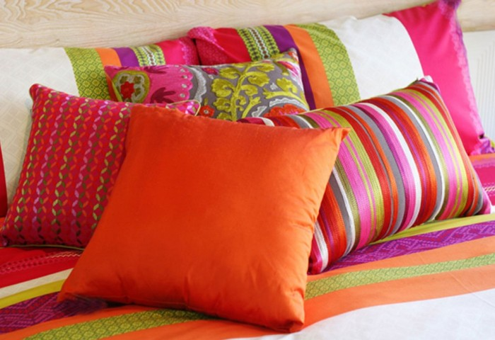Цветные подушки на кровати
